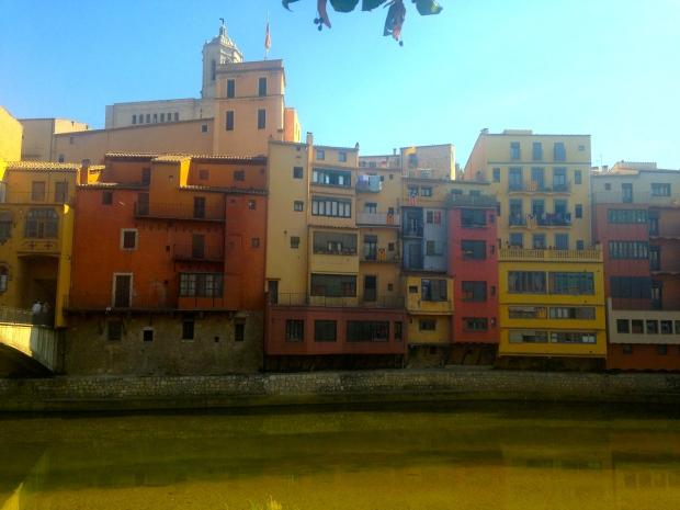 Façades au bord de l'Onyar à Girona en Espagne